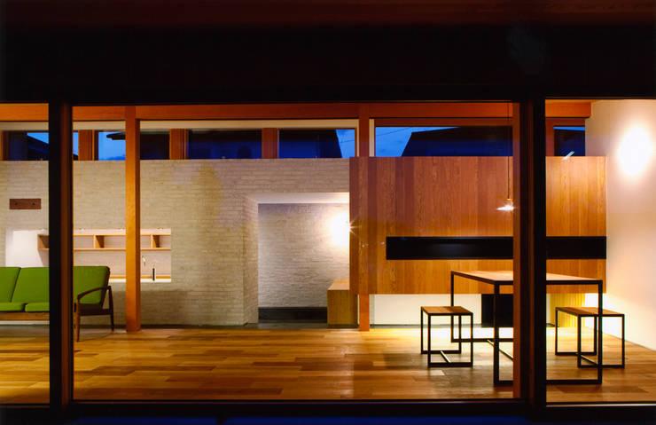 ナガヤネ: group-scoop architectural design studioが手掛けたリビングです。
