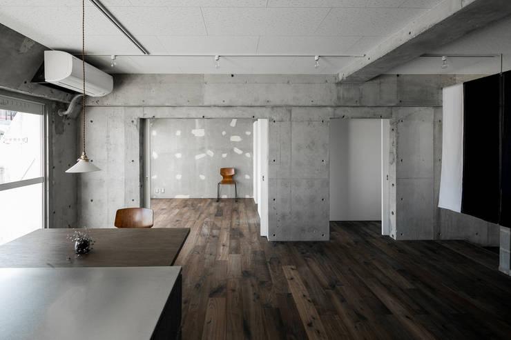 FU-PU 風布: group-scoop architectural design studioが手掛けたリビングです。