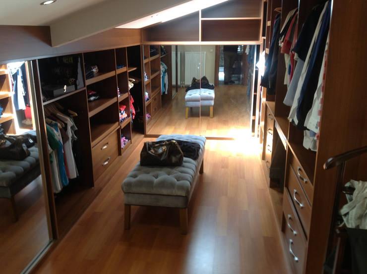 HEBART MİMARLIK DEKORASYON HZMT.LTD.ŞTİ. – Hüseyin  Aymutlu Evi:  tarz Giyinme Odası