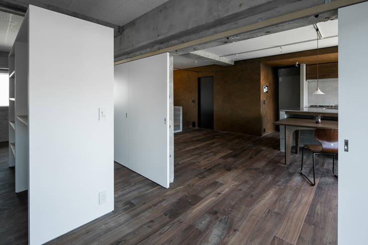 FU-PU 風布: group-scoop architectural design studioが手掛けた寝室です。