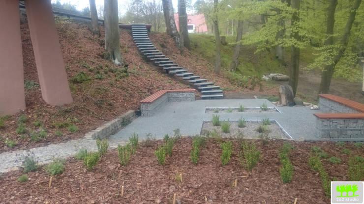 widok na miejsce do siedzenia oraz schody łączące dwa poziomy: styl , w kategorii  zaprojektowany przez 2o2 studio,Industrialny
