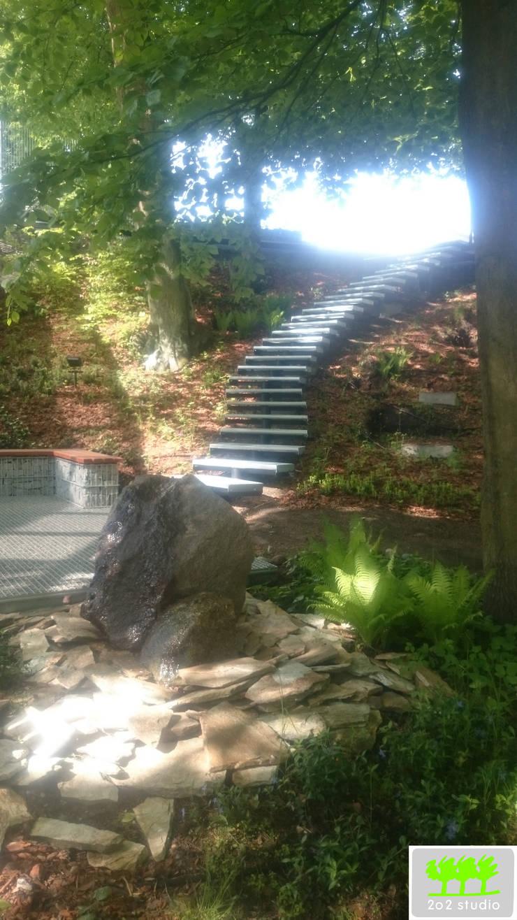 widok na element wodny, fragment miejsca do siedzenia oraz schody: styl , w kategorii  zaprojektowany przez 2o2 studio,Industrialny