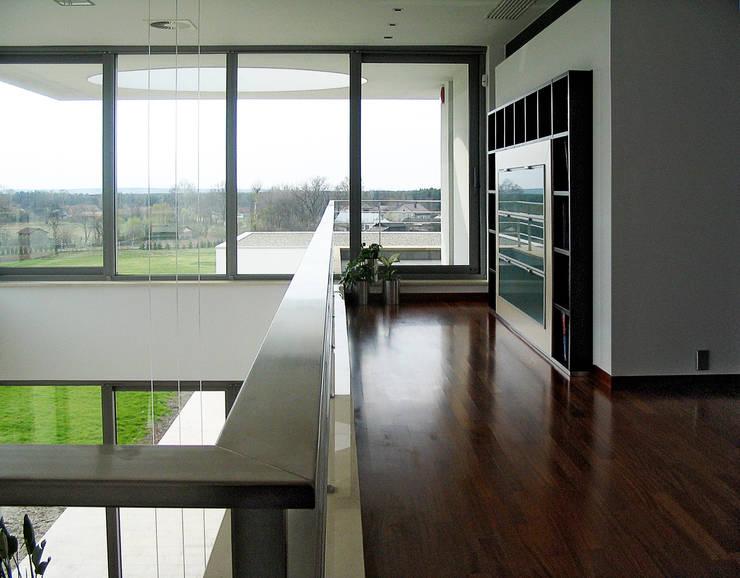 Rezydencja : styl , w kategorii Korytarz, przedpokój zaprojektowany przez MAŁECCY biuro projektowe