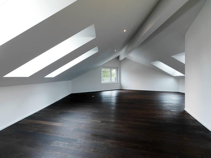 Einfamilienhäuser Weizenacher, Zumikon: moderne Schlafzimmer von René Schmid Architekten AG