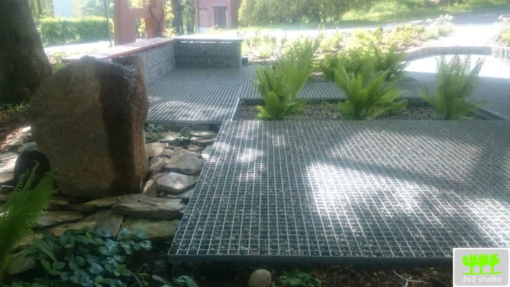 widok na miejsce do siedzenia, ławki gabionowe oraz fragment elementu wodnego: styl , w kategorii  zaprojektowany przez 2o2 studio,Industrialny