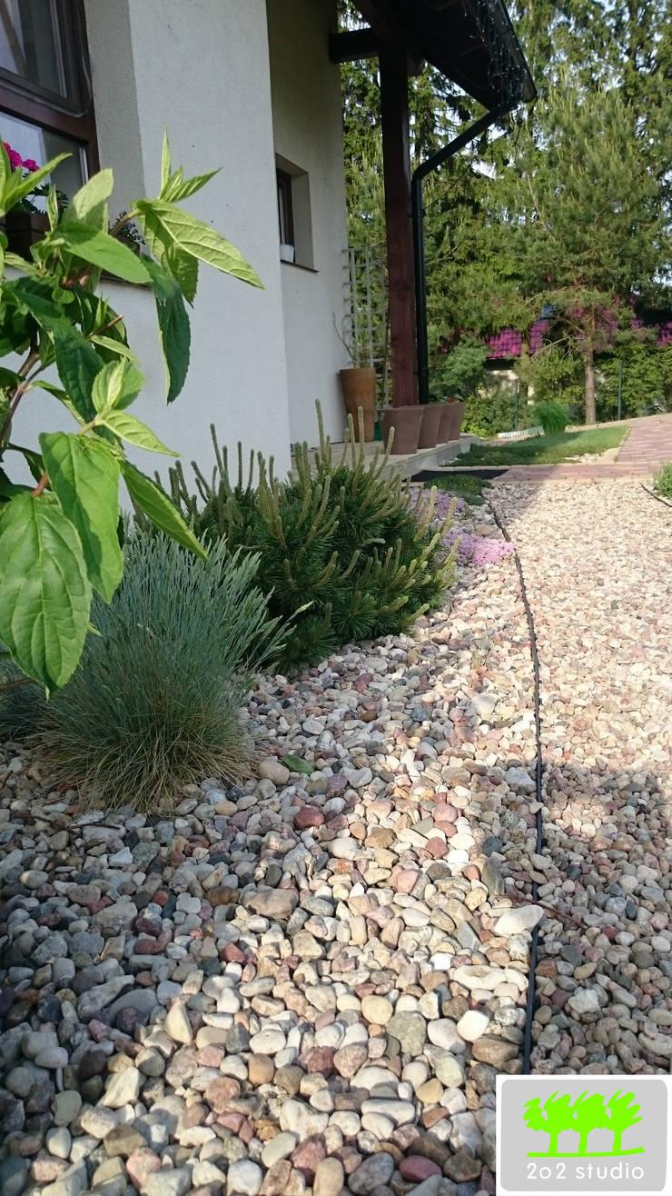 wejście do domu od strony ogrodu: styl , w kategorii  zaprojektowany przez 2o2 studio