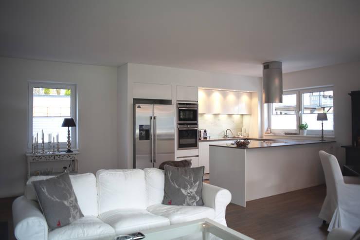 Wohnraum / Küche: landhausstil Wohnzimmer von room architecture