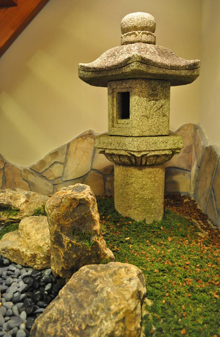 燈篭周りの眺め: 新美園が手掛けた庭です。
