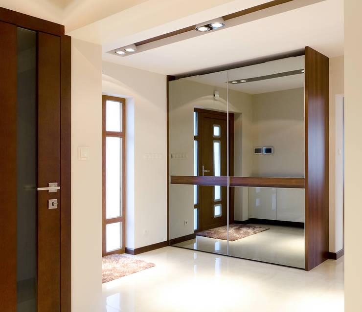 Pasillos, vestíbulos y escaleras  de estilo  por ArtDecoprojekt