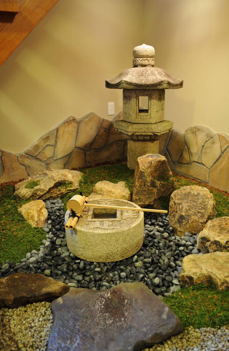 前石に立つ眺め: 新美園が手掛けた庭です。
