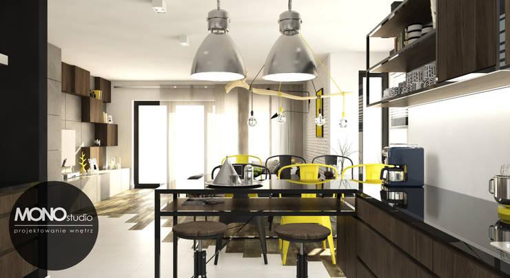 Surowe materiały z akcentem koloru i drewna: styl , w kategorii Kuchnia zaprojektowany przez MONOstudio,Industrialny