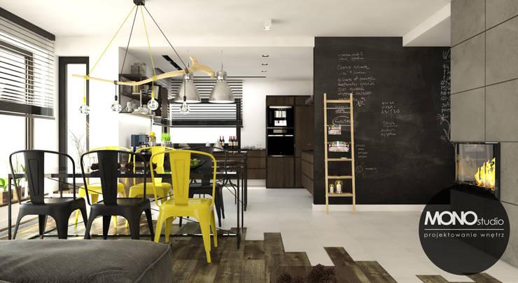 Surowe materiały z akcentem koloru i drewna: styl , w kategorii Jadalnia zaprojektowany przez MONOstudio,Industrialny