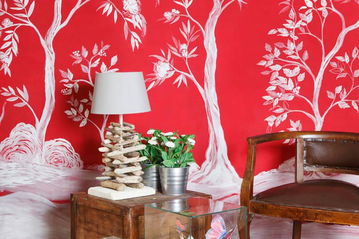 Chinoiserie dipinta a mano su parete: Casa in stile  di RobinArtStudio