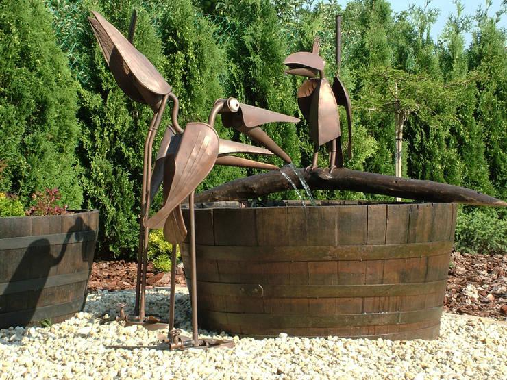 Wasserspeiende Kupfervögel:  Garten von Kupferreich Kft.
