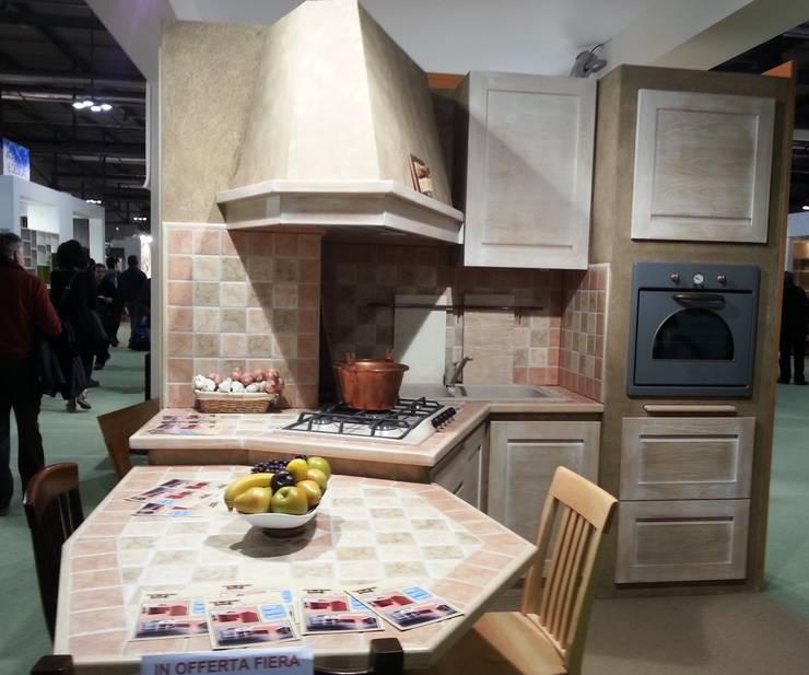 Cucina con tavolo penisola: Cucina in stile in stile Rustico di CORDEL s.r.l.