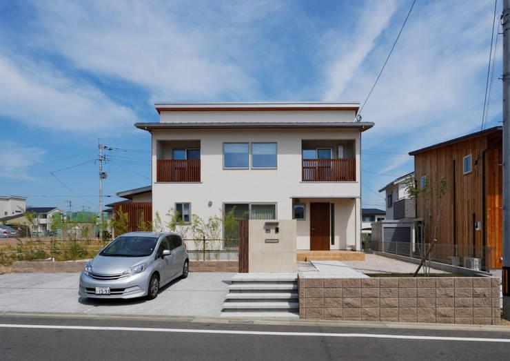 家族を見守る 大黒柱のある家: ビオハウジング タケモリ1級建築設計事務所が手掛けた家です。