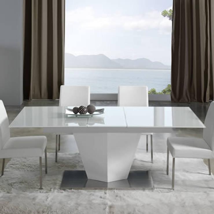 Mesa con sillas Dugar Home: Comedores de estilo moderno de DECORSIA HOME,S.L.