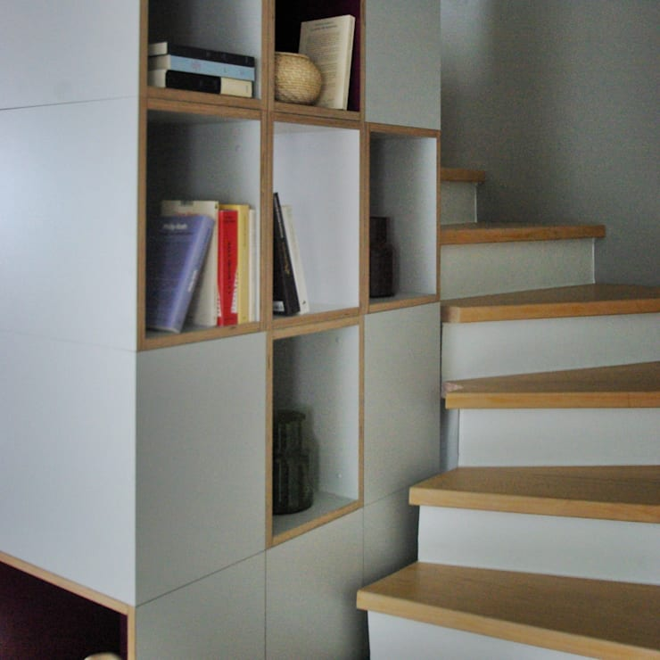 Un duplex comme une maison: Couloir, entrée, escaliers de style de style Moderne par WW*studio