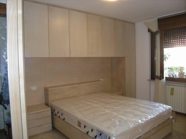 camera matrimoniale a ponte: Camera da letto in stile in stile Moderno di CORDEL s.r.l.