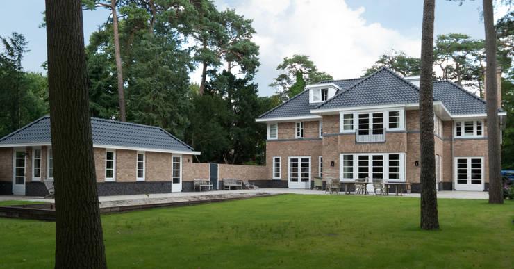 achtergevel met garage en tuin:  Huizen door Snellen Architectenbureau