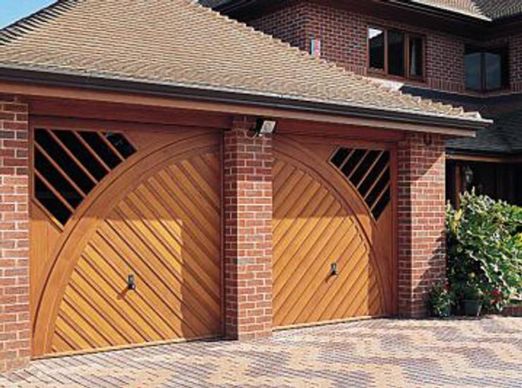 Garajes de estilo  por The Garage Door Centre Limited