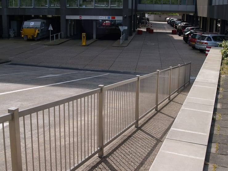Hekwerk bij toegang van parkeergarage:  Tuin door Kouwenbergh Machinefabriek B.V.
