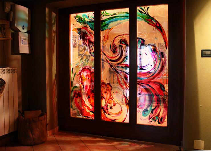 Porta scorrevole dipinta: Soggiorno in stile  di ELISA POSSENTI ART