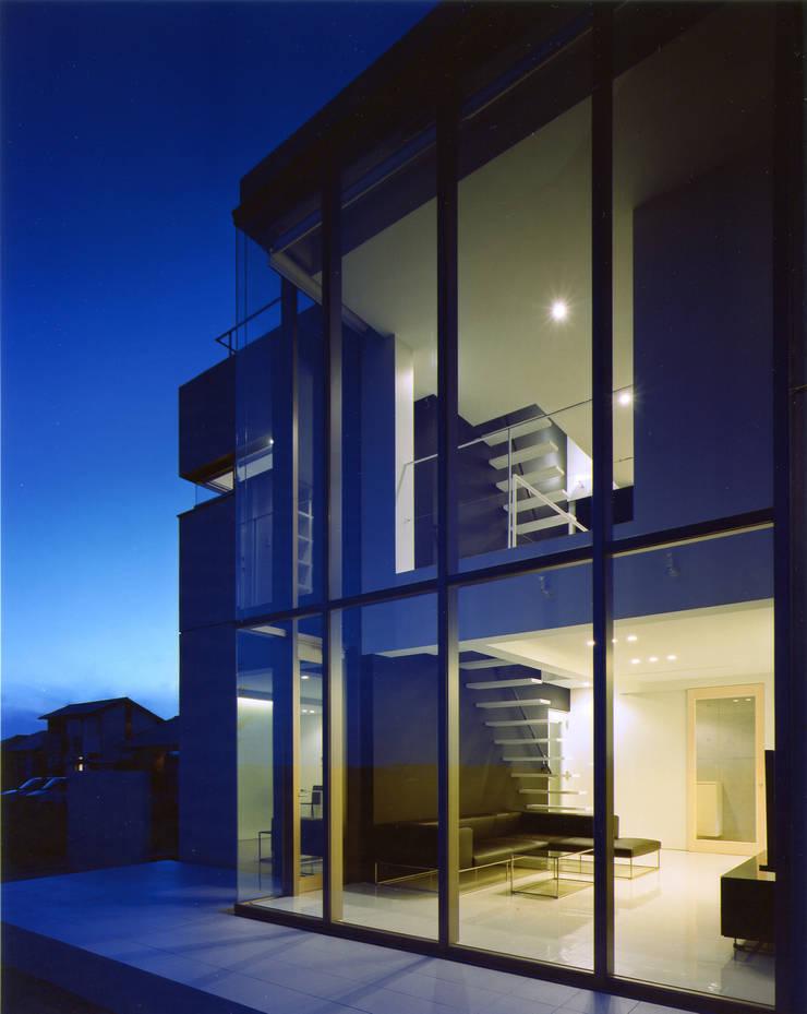 吹き抜けの外観: 株式会社アルフデザインが手掛けた家です。,モダン