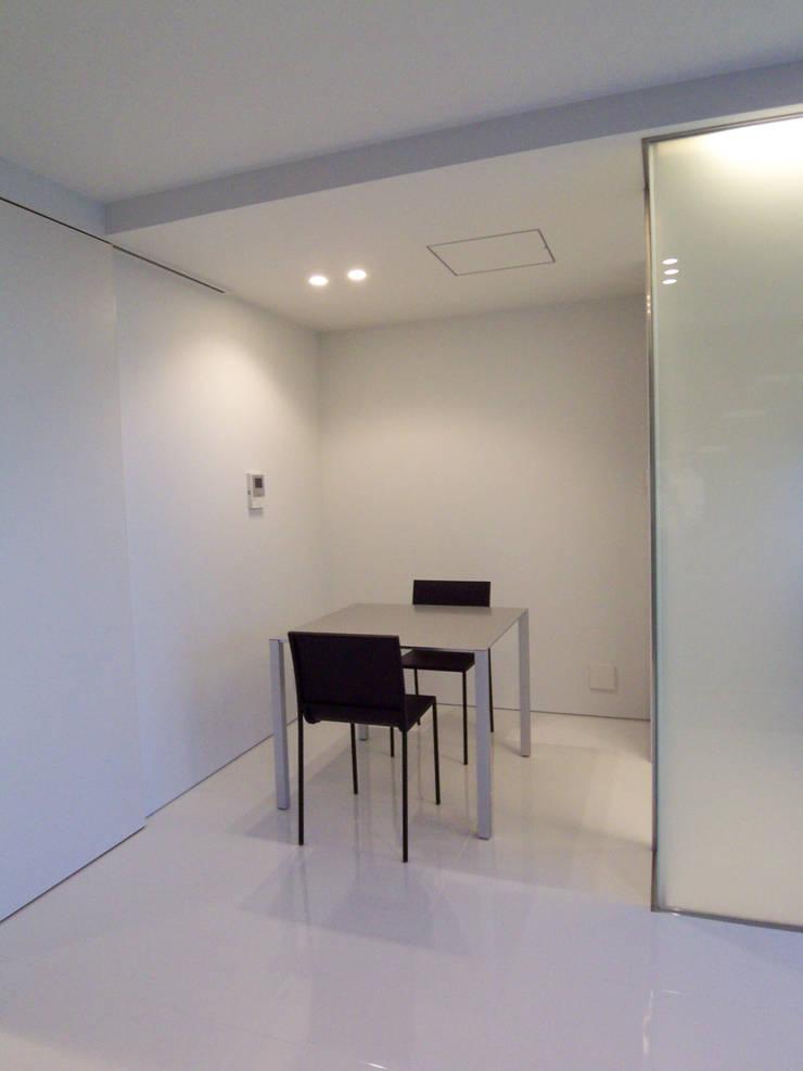 小さなダイニングスペース: 株式会社アルフデザインが手掛けたダイニングです。,モダン