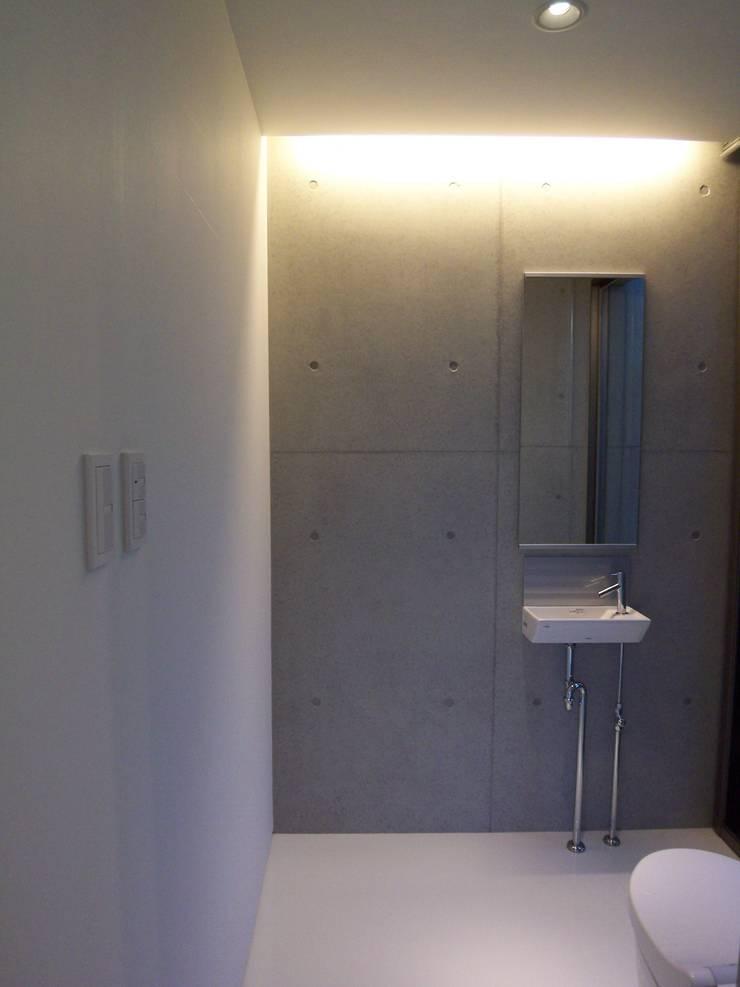 1階トイレ手洗い: 株式会社アルフデザインが手掛けた浴室です。,モダン