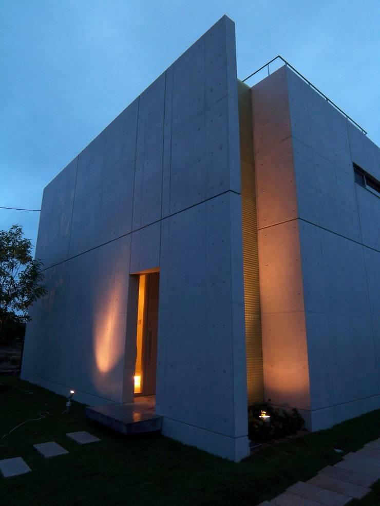 外観夕景: 株式会社アルフデザインが手掛けた家です。,モダン
