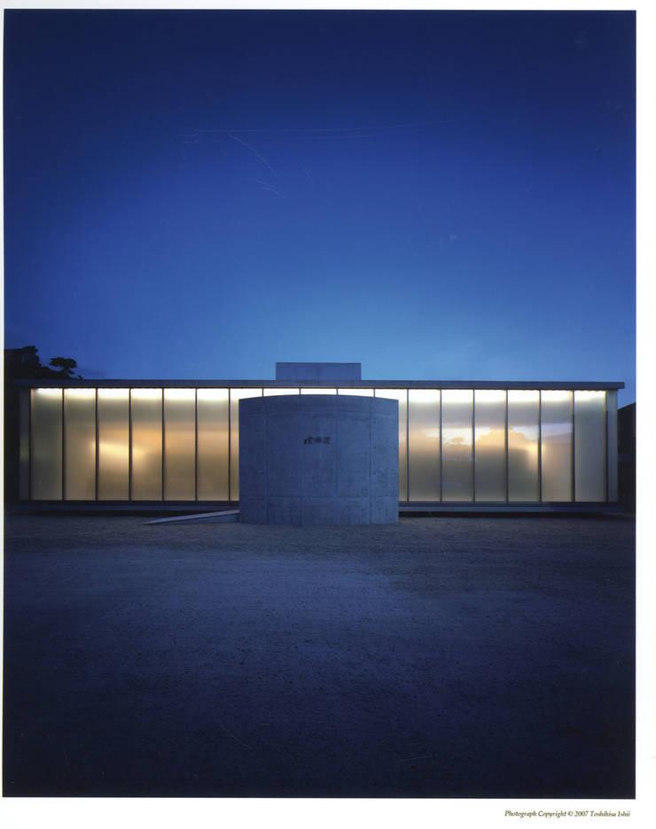 夕景外観: 株式会社アルフデザインが手掛けた会議・展示施設です。
