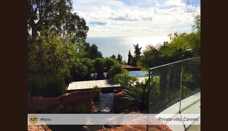 Private Villa Théoule-sur-Mer: Giardino in stile in stile Mediterraneo di A2T