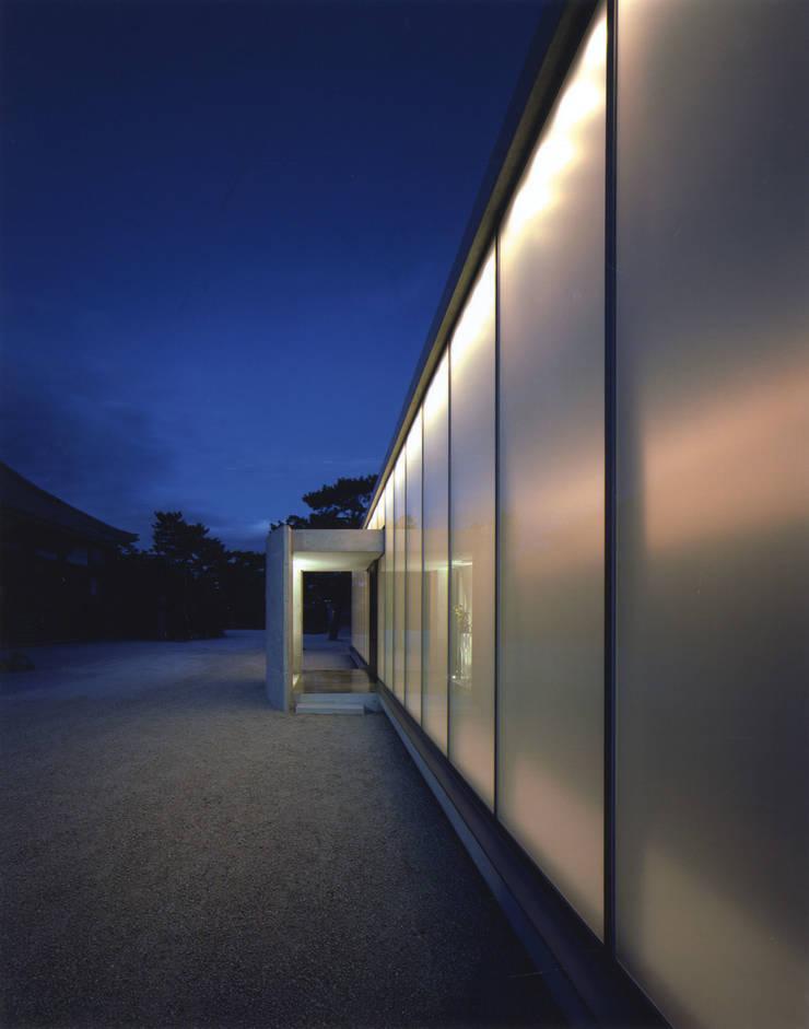 夜景外観: 株式会社アルフデザインが手掛けた会議・展示施設です。