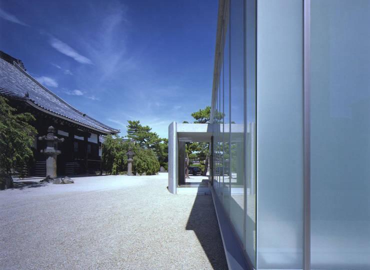 斜め外観: 株式会社アルフデザインが手掛けた会議・展示施設です。