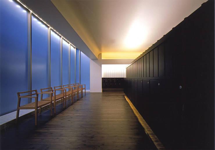 内部の納骨棚と椅子: 株式会社アルフデザインが手掛けた会議・展示施設です。