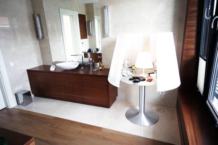 łazienka z toaletką: styl , w kategorii Łazienka zaprojektowany przez JOL-wnętrza