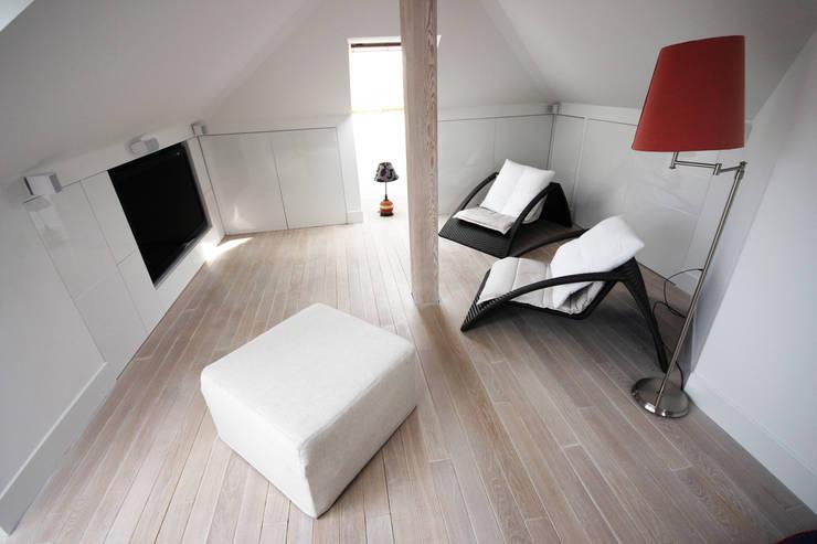 wykorzystanie strychu: styl , w kategorii Pokój dziecięcy zaprojektowany przez JOL-wnętrza