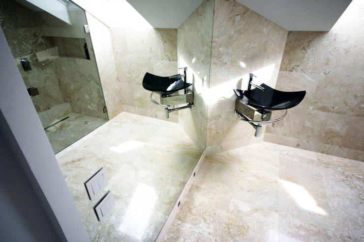 łazienka w skosach: styl , w kategorii Łazienka zaprojektowany przez JOL-wnętrza