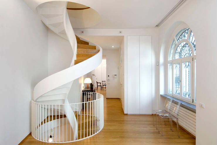 Pasillos y hall de entrada de estilo  por Padi Costruzioni