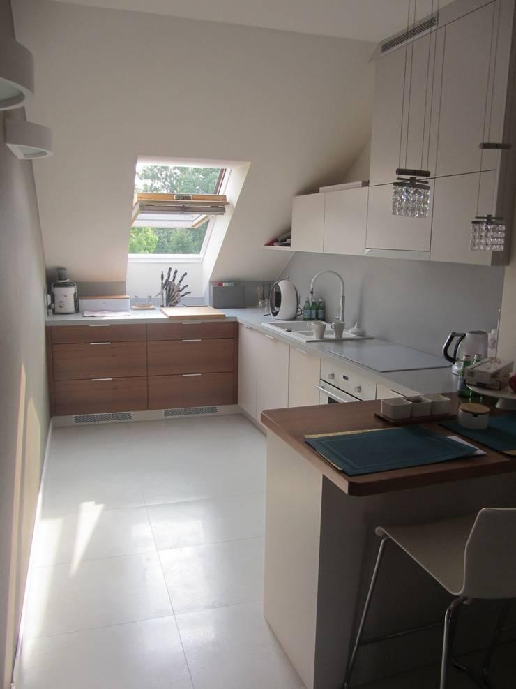 zabudowa kuchenna w skosie: styl , w kategorii Kuchnia zaprojektowany przez JOL-wnętrza,