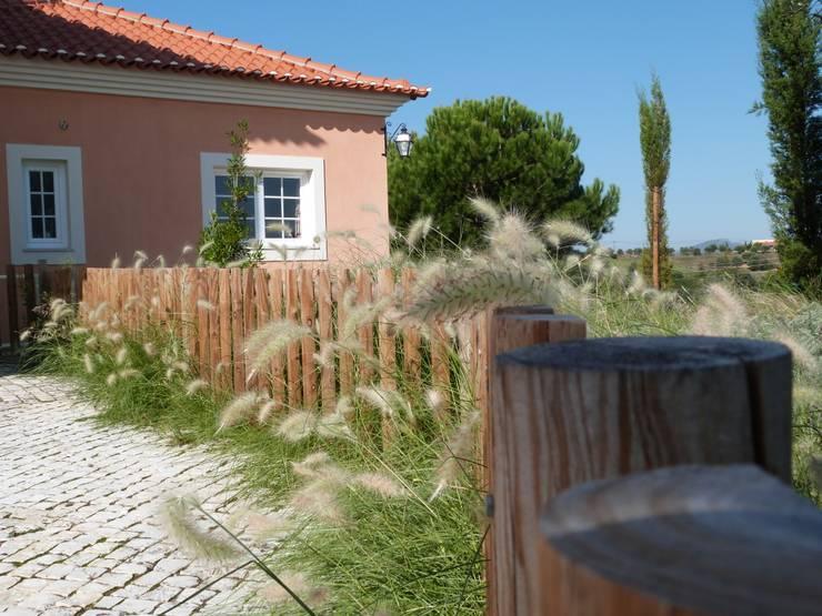 Jardines de estilo rústico por OpenGreen