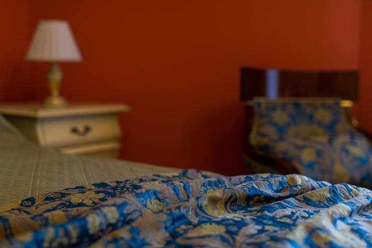 ИНТЕРЬЕР В СТИЛЕ КАНТРИ: Спальни в . Автор – Студия интерьерного декора PROSTRANSTVO U, Кантри