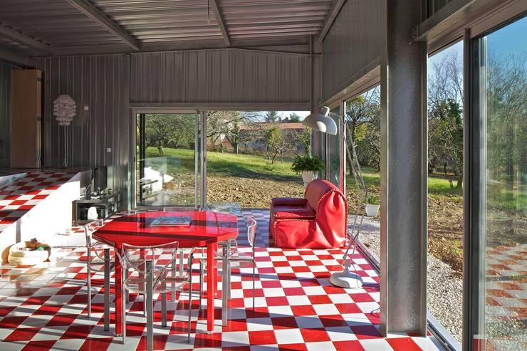 Caméléon: Maisons de style de style Moderne par HERARD & DA COSTA architectes