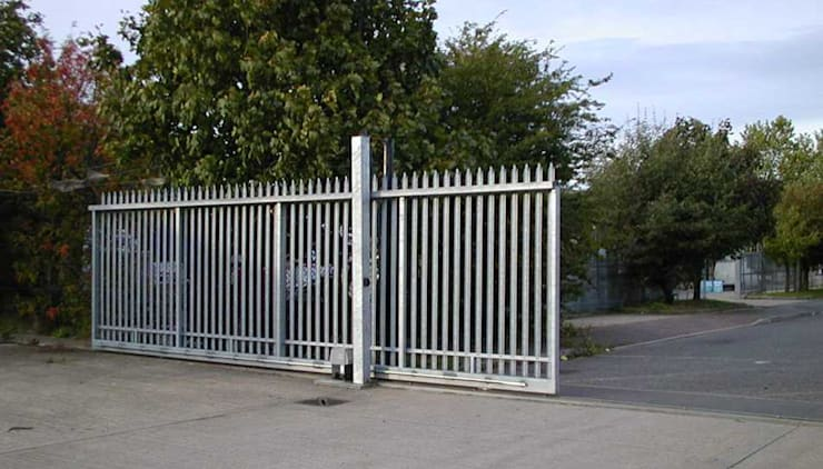 Automatic steel sliding gates:  Commercial Spaces by AGD Systems