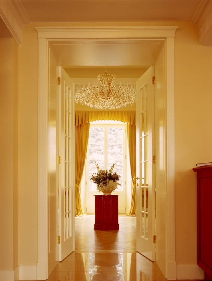 przejście do sali balowej: styl , w kategorii Korytarz, przedpokój zaprojektowany przez JOL-wnętrza