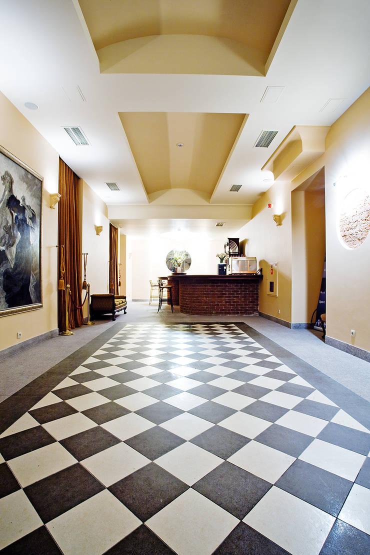 foyer w teatrze: styl , w kategorii Korytarz, przedpokój zaprojektowany przez JOL-wnętrza
