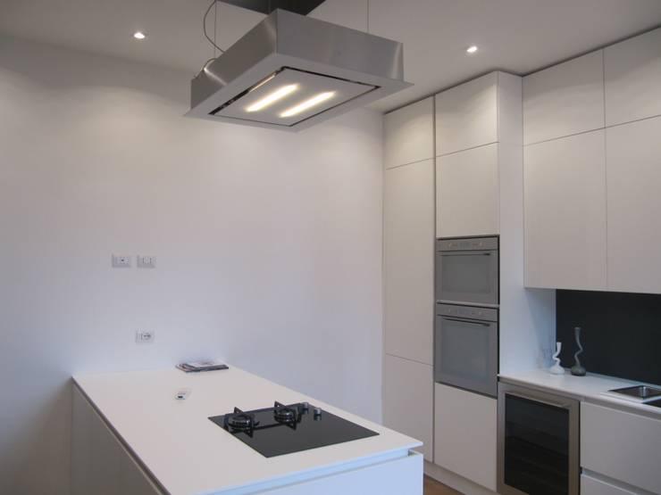 Progetto appartamento in Milano - 2015: Cucina in stile in stile Moderno di Cozzi Arch. Mauro