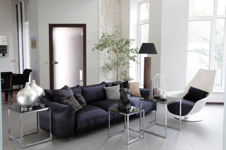 Загородный дом в стиле минимализм: Гостиная в . Автор – Дизайн-студия Евгении Ансимовой 'AeHome'