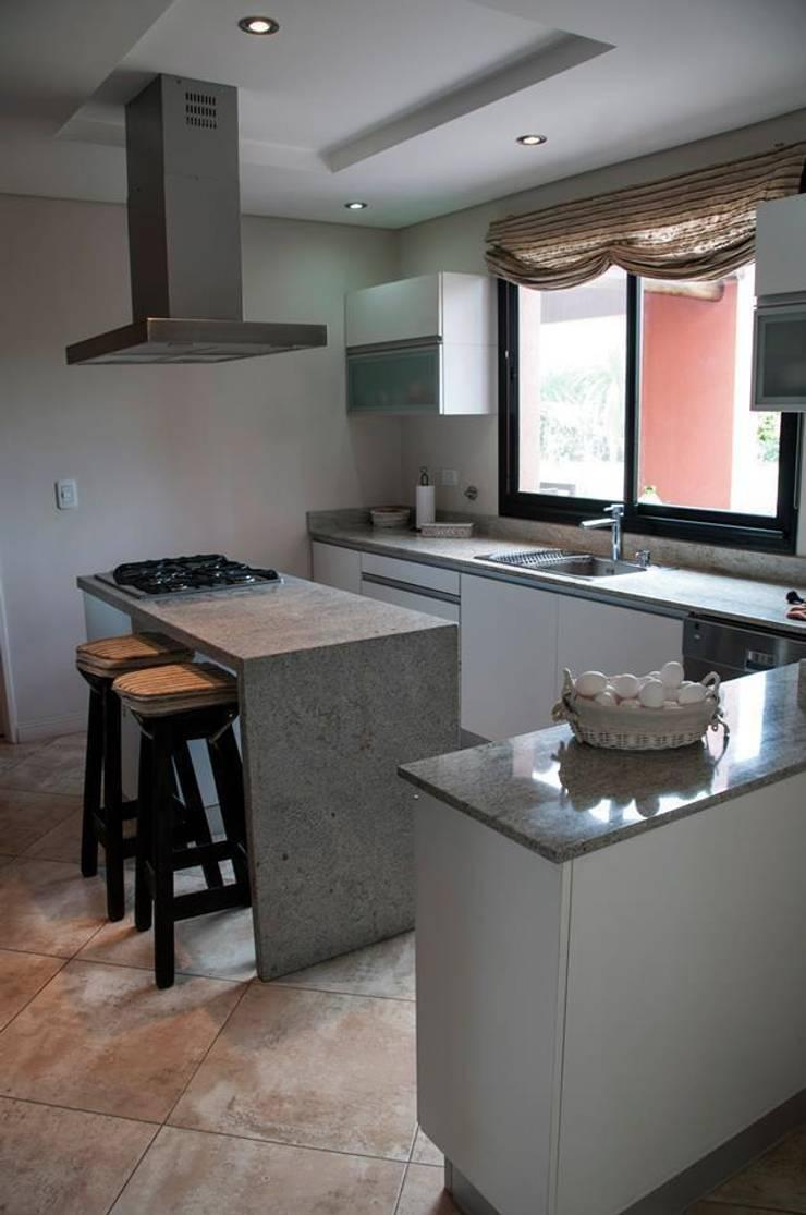 CASA M BARRIO SAUSALITO - PILAR - BUENOS AIRES - ARGENTINA: Casas de estilo  por Desarrollos Proyecta
